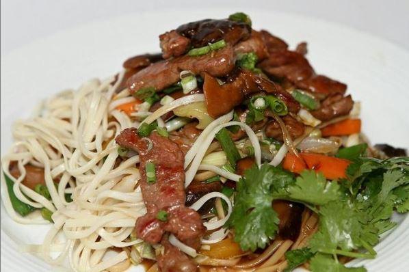 نودل گوشت با سبزیجات